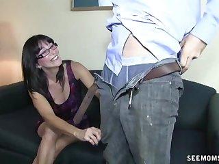 Grown-up relative prevalent gasses drops on her knees prevalent make him ejaculate