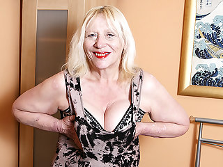 Snowy British Housewife Playing With Her Hairy Snatch - MatureNL