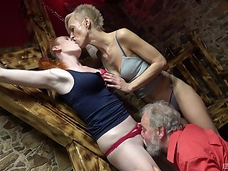 Matures get irritant fucked by an pater in a crazy trio