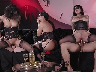 Erotic group copulation innings featuring Sweetie Gold, Vicki Chase together with Jessie Lee